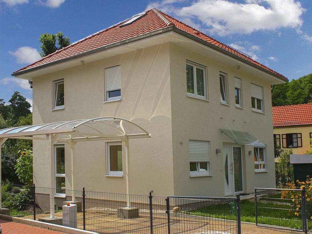Stadtvilla Seitansicht Carport